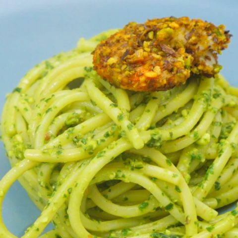 Spaghetti al pesto di pistacchi con gamberi impanati al pistacchio